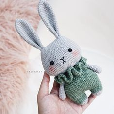 With this pattern by Hainchan you will lear how to knit a Little Bunny – Crochet PDF pattern step by step. It is an easy tutorial about bunny to knit with crochet or tricot. Crochet Bunny Pattern, Crochet Rabbit, Crochet Animal Patterns, Crochet Patterns Amigurumi, Cute Crochet, Amigurumi Doll, Crochet Dolls, Crochet Animals, Doll Tutorial