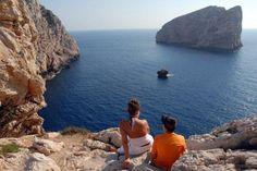 Una de las islas más atractivas del Mediterráneo es Cerdeña. Aquí dejamos una guía para recorrer la isla a tu aire y descubrir rincones, atractivos y activid...
