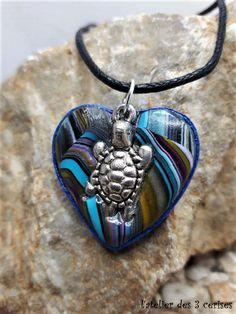 Collier petit coeur bleu avec sa tortue réalisé en fimo et quilling de la boutique latelierdes3cerises sur Etsy