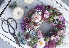Herbstkranz mit Hortensien, Dahlien und Sedum Shabby Home, Floral Wreath, Workshop, September, Home Decor, Third Child, Dahlias, Creative, Clock