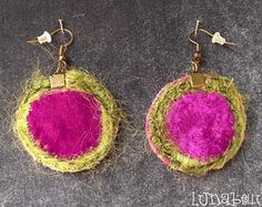 Boucles d'oreille crochets rondes réversibles en tissu velours fuchsia et satin violet. Made by Lunabellune