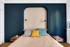 Chambre  papier peint mur bleuté bleu applique laiton drap lin   Transition Interior Design, agence d'architecture intérieure. Architectes intérieurs: Carla Lopez et Margaux Meza.
