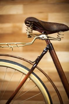 Picnic Bike Tube covered with leather hand sewn. Handmade by the brothers Victor and Magnum Santillán magsant.com #handmade #oldbike #craftmen #magsant #leatherbike #organicwool #picnicbike #oldleathertrunk