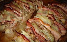 Mäso má úplne božskú šťavu a nedá sa mu absolútne odolať. Potrebujeme: 1 kg bravčového mäsa 10 dkgnakrájaného syra, ktorý sa ľahko taví 10 dkg anglickej slaniny alebo údenej slaniny 2 PL oleja 1 dl smotany korenie soľ Postup: Z oboch strán osmažte mäso vcelku, v horúcom oleji.Osmažené mäso nakrájajte na menšie plátky.Na každý plátok dajte plátok slaniny a plátok