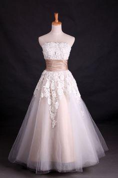 LOVE this wedding dress style!