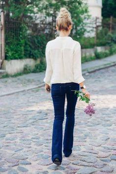Bootcut Jeans kombinieren: Mädchenhaft mit weißer Bluse