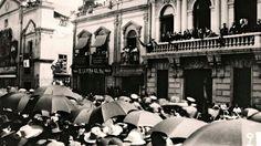 Celebración del dia de la Independecia( Av. Juarez). Del lado izquierdo se observa el Templo de Corpua Christi.  Los edificios de la derecha en la actualidad ya no existen. ca. 1945