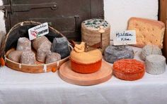 tricot gourmand. Knitted cheese.