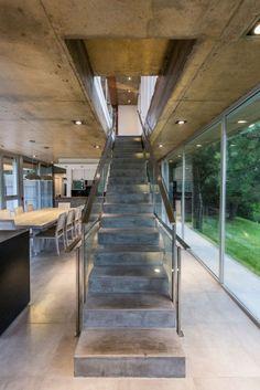 Treppenhaus aus Beton und Stahl-geradläufig-Sichtbeton-Decke