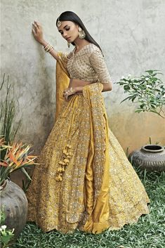 Then you are going to love the latest Jayanti Reddy Summer Lehengas. Beautiful scallop dupatta, fit & flare lehenga skirt + more. Mehendi Outfits, Indian Bridal Outfits, Indian Bridal Wear, Indian Designer Outfits, Indian Dresses, Indian Bridal Party, Asian Bridal, Indian Clothes, Bridal Lehenga Choli