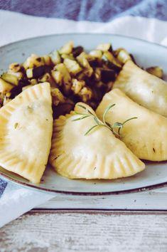 Champignon-Feta Teigtaschen Eat Pray Love, Ravioli, Feta, Camembert Cheese, Vegetables, Cooking, Health, Spanakopita, Pizza