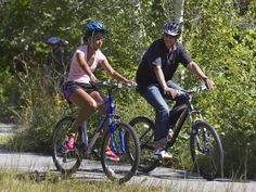 He's the boss - Obama and daughter enjoying the freedom of cycling. Not sure about the fit of her helmet, though....
