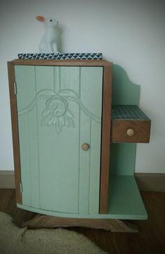 Romuald est un petit meuble de chevet vintage des années 30 entièrement rénové et relooké.  Il dispose d'une porte avec une étagère intérieure; et d'un tiroir dans un peti - 19066191