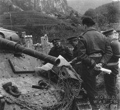 Un autre P4O utilisé pour lire une carte le 4 mai 1945. Peu de risque qu il soit réutilisé ce P40, vu qu il a ramassé 6 obus dans le buffet par un Sherman du 1st Derbyshire Yeomanry le 3 mai. Ce P40 appartenait à la 24. Waffen-Gebirgs (Karstjager)-Brigade der SS.