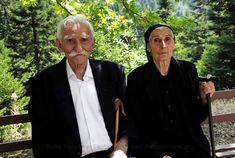 33 συγκινητικές φωτογραφίες ανθρώπων που έμειναν πίσω στο χωριό Santorini Villas, Myconos, Forever Love, Winter Is Coming, Greek Islands, Old Photos, Art Reference, Che Guevara, Greece