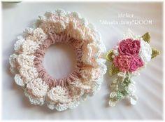 ダブルフリルのクロッシェシュシュ(ゴム交換O.K!)☆刺繍糸で編んだ薔薇コサージュ付(取り外し可能)☆ピンク Crochet Hairband, Crochet Brooch, Crochet Bows, Crochet Flower Patterns, Crochet Flowers, Knit Crochet, Crochet Earrings, Crochet Hair Accessories, Crochet Hair Styles