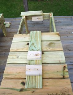 How to build outdoor sun loungers chaise lounges for our deck with a back rest that can lay flat or provide support, how to wood working diy do it yourself Diy Yard Furniture, Woodworking Furniture, Woodworking Plans, Patio Lounge Chairs, Patio Bench, Outdoor Chairs, Outdoor Wood Projects, Diy Projects, Wooden Lawn Chairs