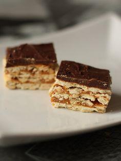 Crunchers eli rapeat kinuski-suklaapalat muistuttavat snickersiä, mutta nämä tehdään voileipäkekseistä. Täydellinen yhdistelmä kinuskin makeutta ja pähkinän suolaisuutta. Tiramisu, Cookies, Baking, Ethnic Recipes, Desserts, Food, Kitchen, Crack Crackers, Tailgate Desserts