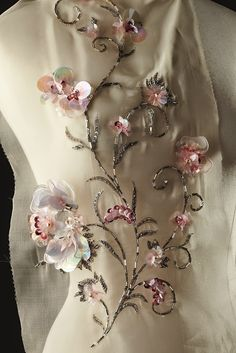 bordado de flores sobre organza Mix and Chic:Haute Couture Ateliers: The Artisans Of Fashion! Tambour Beading, Tambour Embroidery, Couture Embroidery, Embroidery Fashion, Ribbon Embroidery, Embroidery Patterns, Bordados Tambour, Lesage, Couture Details