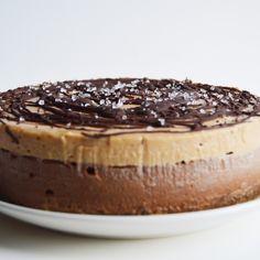 Vegan Chocolate & Salted Caramel Cheesecake – This Vibrant World - Vegan Cheesecake Recipes Raw Vegan Desserts, Brownie Desserts, Vegan Dessert Recipes, Vegan Treats, Vegan Foods, Cheesecake Recipes, Raw Food Recipes, Cheesecake Cake, Raw Vegan Cake