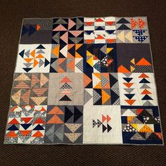 flying geese Fall Quilts, Scrappy Quilts, Mini Quilts, Patchwork Vol D'oie, Quilting Projects, Quilting Designs, Flying Geese Quilt, Quilt Modernen, Halloween Quilts