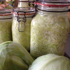 Weißkohl heißt bei uns Kappes und geklaut ist der auch nicht, aber ich zeige Euch heute wie man Sauerkraut ganz einfach selbst machen kann. Außerdem schmeckt es um Längen besser als Gekauftes. Ich ...