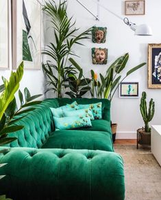 Le nouvel appartement d' Olivier Granet - PLANETE DECO a homes world Quirky Home Decor, Upcycled Home Decor, Indian Home Decor, Cheap Home Decor, Green Velvet Sofa, Green Sofa, Living Room Sofa, Living Room Decor, Bedroom Decor