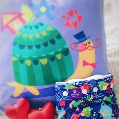 Die fröhlichen Kissen von Milovia bringen Farbe ins Kinderzimmer. Ein Kissen passend zum Stoffi-Lieblingsdesign. Tagge einen Freund, dem dieses Design auch gefällt!  Milovia Milopiq - Kids Kissen - Lovely Turtle  Pocketwindel - Hippo & Friends