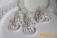 Komplet biżuterii ręcznie szytej, wykonany haftem sutasz składający się z kolczyków i grzebyka w kolorze biało-beżowym. Szklane kryształki w kształcie łezek, rivoli i owalu są obszyte haftem koralikowym z koralików TOHO. Całości dodają blasku małe kryształki Swarovskiego. Kolczyki są duże - łącznie z biglem mają 12cm. Komplet ślubny lub do kreacji wieczorowej :)