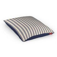 Klassischer Schick - auf dieser Kissenhülle treffen graue Streifen auf Marineblau.
