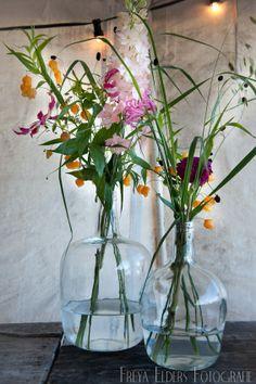 Er hoeven niet altijd veel bloemen in een vaas om het mooi te laten zijn. Bloemen: Sas Bloemiste - Edam. Fotografie: Trouwfotografie Freya - Warder Simple Flowers, Fresh Flowers, Pretty Flowers, Spring Flowers, Wild Flowers, Beautiful Flowers Images, Beautiful Flower Arrangements, Flower Images, Floral Arrangements