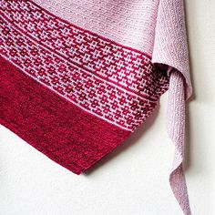 The interplay of two colours, mosaic knitting and colour blocking make this shawl an enjoyable and fun knit.