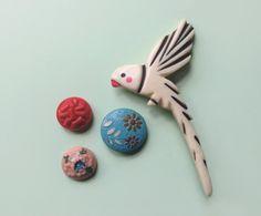 PRENOTATO spilla anni 50 a forma di uccello / spilla pappagallo / in galalite bianco avorio / spilla dipinta a mano di Skomoroki su Etsy https://www.etsy.com/it/listing/192997119/prenotato-spilla-anni-50-a-forma-di