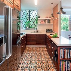 Cozinha, destaque para o ladrilho hidráulico utilizado no piso, ficou show!