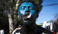 Un indígena zapoteco de la comunidad de San Martín tilcajete (Lugar de la creación de alebrijes) participa en el carnaval que se celebra todos los años un día antes del Miércoles de Ceniza, en el estado de Oaxaca, sur de México. EFE/Mario Arturo Martínez
