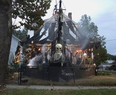 If you need cool Halloween decorations ideas, look no further. These are honest the best Halloween decorations I've ever seen. Halloween Prop, Halloween Outside, Halloween Displays, Outdoor Halloween, Halloween 2017, Holidays Halloween, Halloween Themes, Happy Halloween, Pirate Halloween Decorations