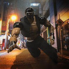 今日のウォーズマンは  「tumble man」  夜歩いてたら普通にこけた。  こける瞬間ってスローになる。  でもレスラーなので受け身は  しっかり取れるのは職業病。  #kinnikuman #warsman #ussr  #yudetamago #muscle  #art #japan #black #tumble #wrestling #figure #bandai #dollstagram #6pack #キン肉マン #今日のウォーズマン #ゆでたまご先生 #人形遊び #フィギュア #人形 #バンダイ #ウォーズマン #こける #秋葉原 #夜