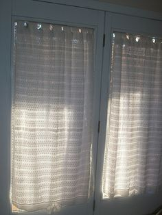 Its curtains for this roundup! Dont worry, its just beginning – and its chock full of 10 free crochet curtain patterns! Perfect for reinvigorating your home for the coming season! Free Crochet Curtain Patterns on Moogly! Crochet Curtain Pattern, Crochet Curtains, Curtain Patterns, Chevron Curtains, Diy Curtains, Valance, Filet Crochet, Knit Crochet, Crochet Hats