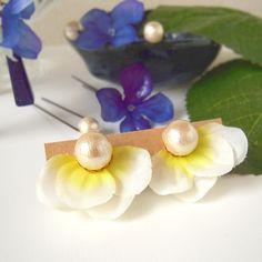 下半分に花びらをランダムに張り付けた顔周りを華やかにしてくれるイヤリングです!爽やかな色合いが春夏にピッタリ。...