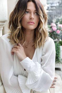Coupe De Cheveux Femme Mi Long - Makeup and Tattoo Ideas Wavy Bob Long, Medium Long Hair, Medium Hair Styles, Curly Hair Styles, Long Blunt Bob, Mid Length Hair, Trending Hairstyles, Hairstyles 2018, Woman Hairstyles