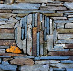 gacougnol: Stonework love it! Pebble Mosaic, Stone Mosaic, Pebble Art, Mosaic Art, Mosaic Glass, Soul Stone, Dry Stone, Rock Sculpture, Rock And Pebbles