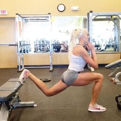 One of my favorite supersets the weighted Bulgarian Split Squat followed by plyo jumps (no weight). A new leg day vlog is up on YouTube! Search Brittany Dawn www.bdawnfit.com >> #workout by brittany_dawn_fitness
