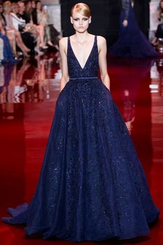 Продолжаем наблюдать за такой далёкой и такой высокой неделей моды — Paris Haute Couture. Модели в масках, цветах и леопарде и платья, один взгляд на которые чиститкарму и поднимает настроение. На подиуме —Jean Paul Gaultier, Elie Saab,Valentino,Maison Martin Margiela иVionnet.