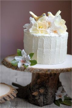 Rustic cake with wood cake stand Beautiful idea for garden type wedding Rustic Cake Stands, Wooden Cake Stands, Wood Cake, Bolo Diy, Diy Wedding Cake, Wedding Ideas, Wedding Photos, Wedding Inspiration, Wedding Blog