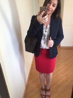 Look de viagem a trabalho: saia lápis vermelha, camisa gola V estampada preta e branca, blazer azul marinho e sandalha caramelo. Bolsa marrom. Adoro cor!