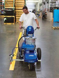 Utilisation de l'appareil de traçage électrique LineLazer 1000 ES : marquage au sol écologique à l'intérieur d'un entrepôt.