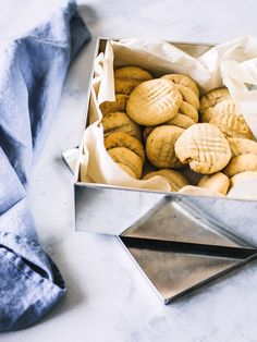 biscuits au beurre d'arachide maison (au robot culinaire). Biscuits, Robot, Muffins, Deserts, Sweets, Science, Cookies, Homemade, Eat