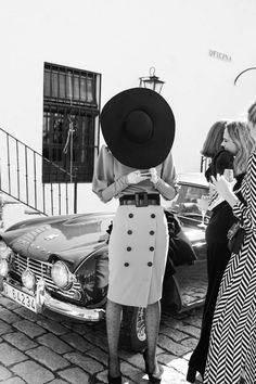 La Boda de Monste y Diego en Sevilla ©Nanuk y Ignacio Piñar Moda Vintage, Vintage Mode, Vintage Outfits, Vintage Fashion, Fashion Magazine Cover, Gorgeous Heels, Mode Inspiration, Signature Style, Old Pictures