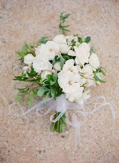 White and green bouquets are elegant and perfect for a garden affair. #fallingforflorals