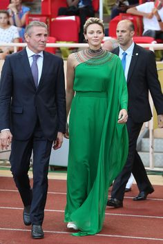 Princess Charlene of Monaco (C) arrives with former Ukrainian pole vaulter Sergey Bubka (L) to award medals at the IAAF Diamond League athletics meeting in Monaco on July / AFP PHOTO / Valery HACHE Prince Albert, Celebrity Photos, Celebrity Style, Albert Monaco, Diamond League, Princesa Charlene, Emerald Green Dresses, Estilo Real, Royal Beauty